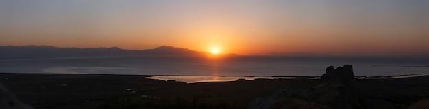 Zachód słońca nad jeziorem van w turcji. panorama