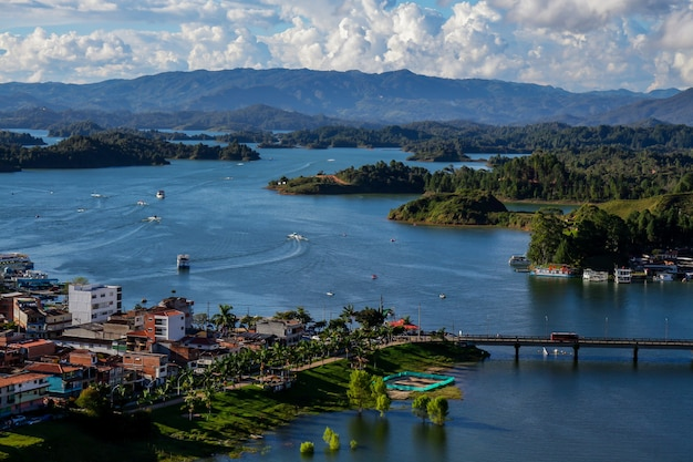 Zachód słońca nad jeziorem w guatape w kolumbii