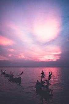 Zachód słońca nad lokalną łodzią rybacką