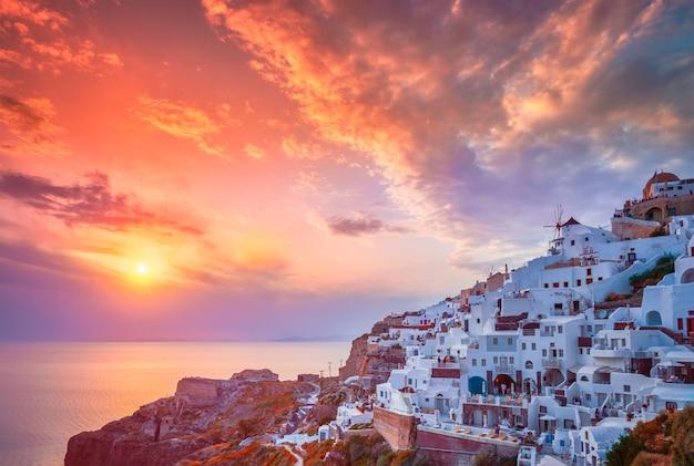 Zachód słońca nad miastem oia na wyspie santorini latem santorini grecja