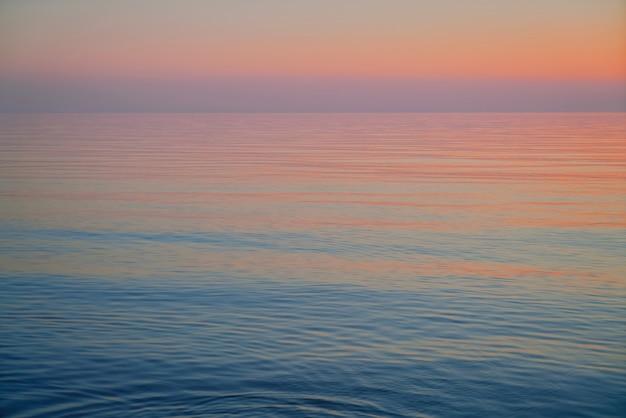 Zachód słońca nad morzem bałtyckim. piękny różowy zachód słońca. stół naturalny. łotwa