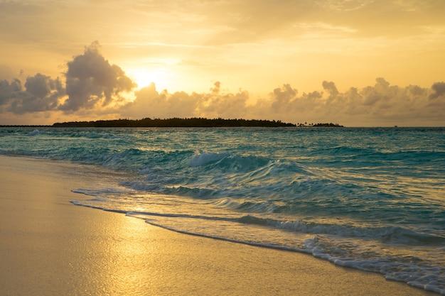 Zachód słońca nad morzem na malediwach
