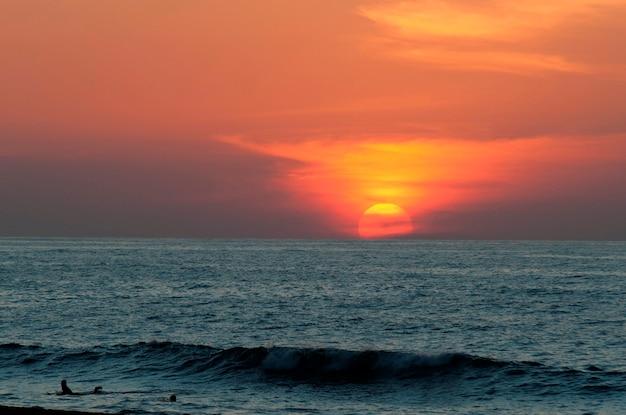 Zachód słońca nad morzem, sayulita, nayarit, meksyk