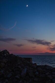 Zachód słońca nad morzem z widokiem na góry. czarnogóra