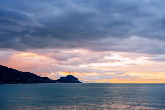 Zachód słońca nad morzem.