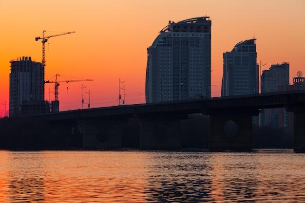 Zachód słońca nad mostem.
