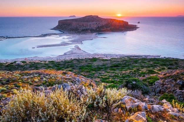 Zachód słońca nad plażą balos na krecie, grecja.