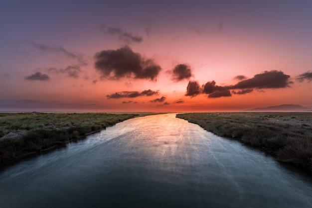 Zachód słońca nad południowym wybrzeżu kadyksu, hiszpania