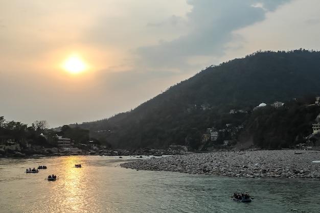 Zachód słońca nad rzeką ganga w rishikesh uttarkhand w indiach