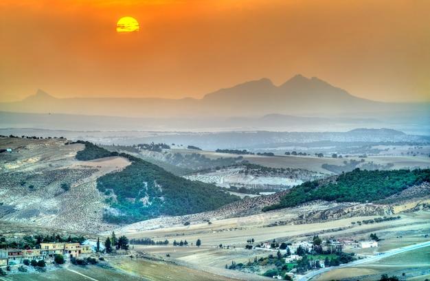 Zachód słońca nad wzgórzami w północno-zachodniej tunezji w pobliżu le kef. afryka
