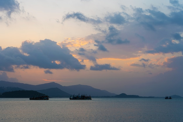 Zachód słońca nad zatoką z łodzi rybackich.