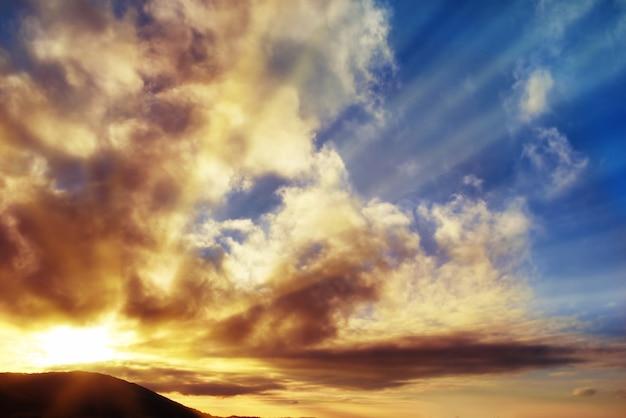 Zachód słońca niebieskie niebo ze słońcem i chmurami