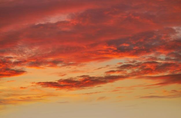 Zachód słońca niebo chmury pomarańczowy i niebieski