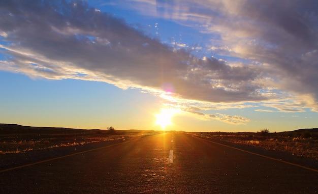 Zachód słońca niebo i droga na pustyni