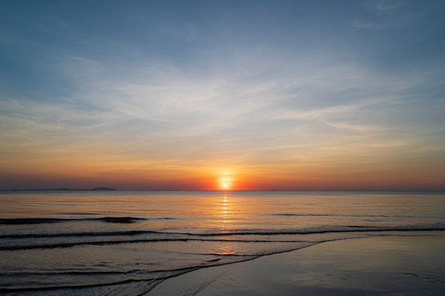 Zachód słońca niebo na plaży w tle