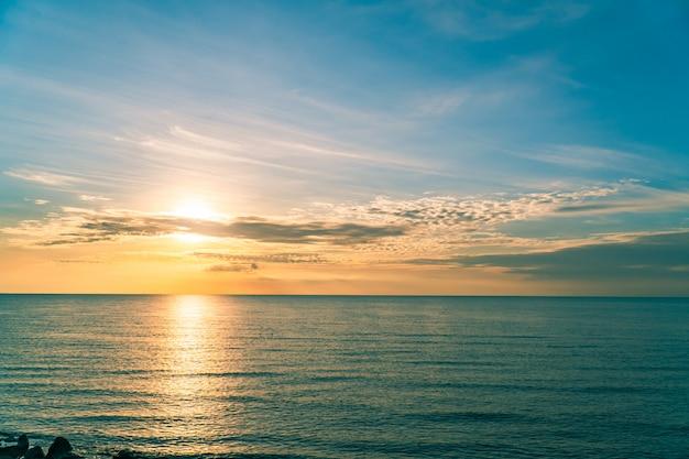 Zachód słońca niebo nad morzem wieczorem z kolorowym pomarańczowym światłem słonecznym