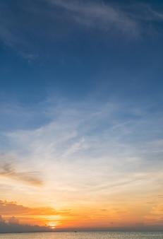 Zachód słońca niebo pionowe nad morzem wieczorem z kolorowym światłem słonecznym