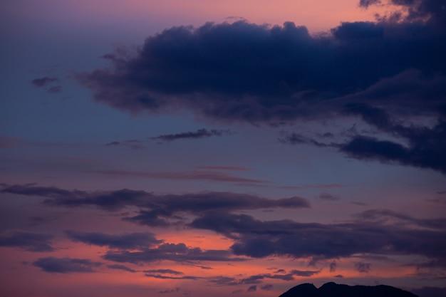 Zachód słońca niebo różowe światło z pięknymi chmurami.