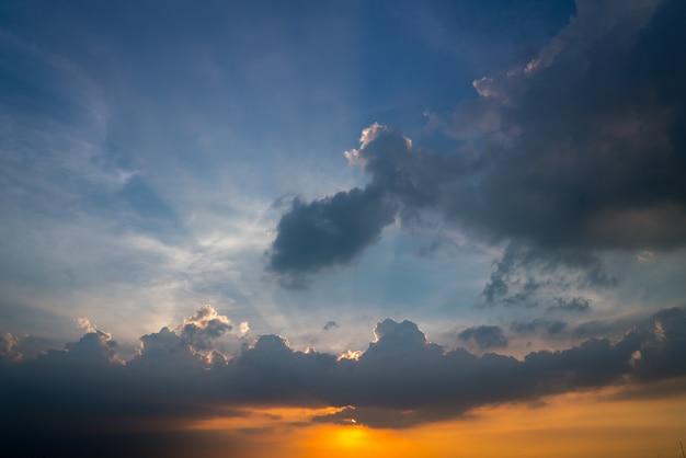 Zachód słońca niebo w lecie