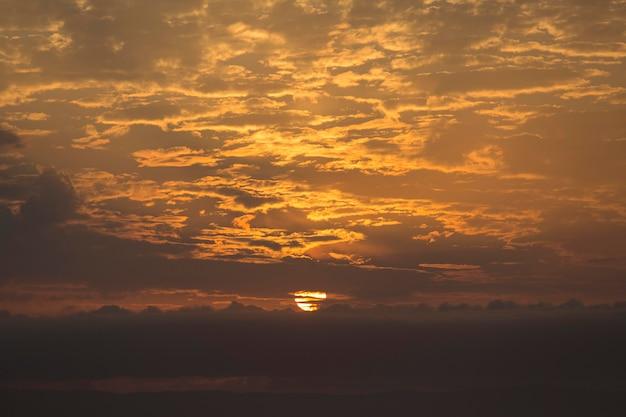 Zachód słońca niebo z chmurami w tle