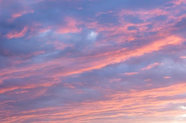 Zachód słońca niebo z chmurami
