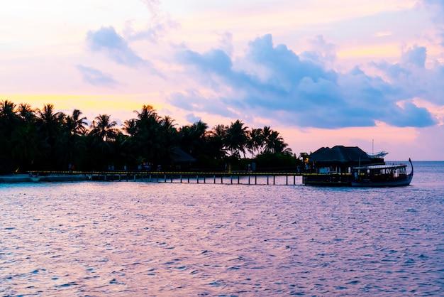 Zachód słońca niebo z wyspą malediwy