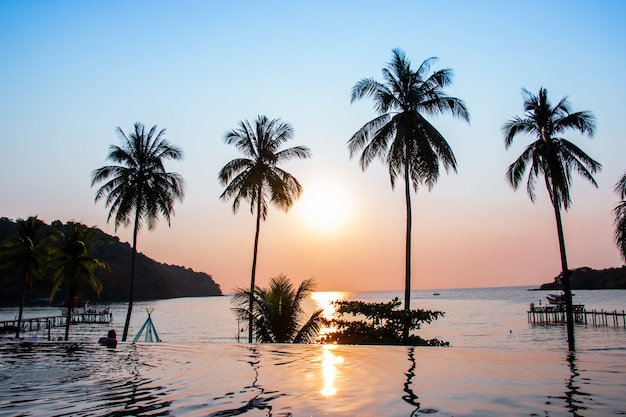 Zachód słońca, odzwierciedlając na pierwszym planie powierzchni wody