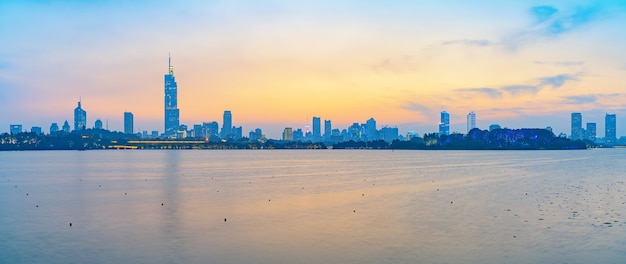 Zachód słońca piękną panoramę miasta nanjing, chiny