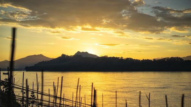 Zachód słońca pokazujący oddzielenie żółtych kolorów w kierunku od słońca poniżej