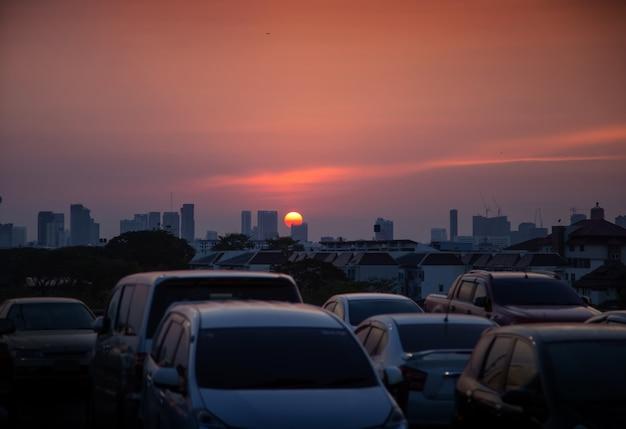 Zachód słońca scence pojazdu na miasto w czasie zachodu słońca