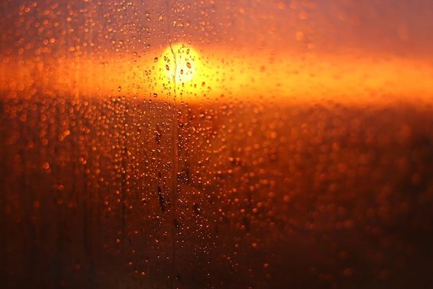 Zachód słońca spada.