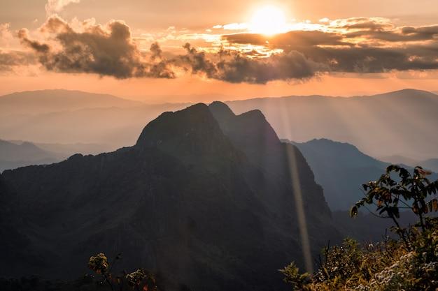Zachód słońca świecący na górze w rezerwacie dzikiej przyrody w doi luang chiang dao, chiang mai, tajlandia