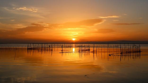 Zachód słońca w albufera w walencji.