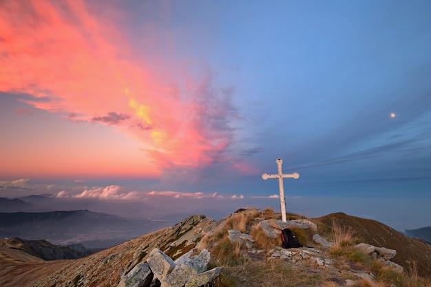 Zachód słońca w alpach kolorowe cloudscape widok z góry