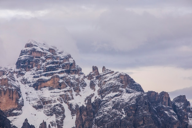 Zachód słońca w górach dolomitów, alpach, północnych włoszech. europa