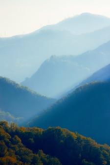 Zachód słońca w górach kaukazu w lecie. tonalna kompozycja perspektywiczna. koncepcja piękna przyrody