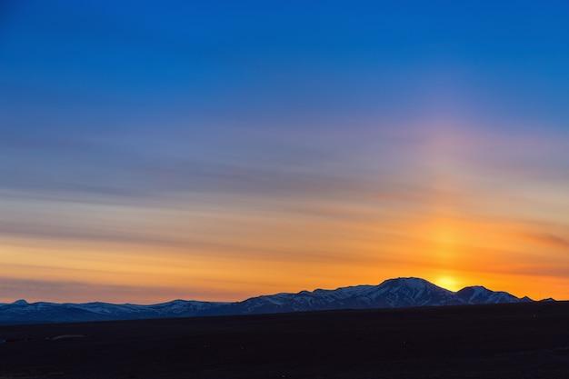 Zachód słońca w górach w koshagach republika ałtaju jasne słońce i błękitne niebo