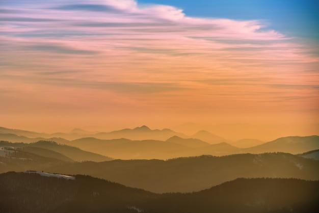 Zachód słońca w górach zimą pokryte śniegiem