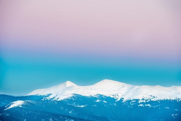 Zachód słońca w górach zimą pokrytych śniegiem. ukraina, howerla i petros