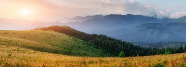 Zachód słońca w krajobrazie gór. dramatyczne niebo. karpackie, ukraina, europa. świat piękna