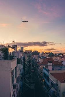 Zachód Słońca W Mieście Na Szczycie Budynku Premium Zdjęcia