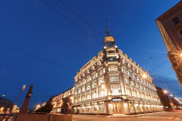 Zachód słońca w mieście. światła samochodów. centrum sankt petersburga, federacja rosyjska