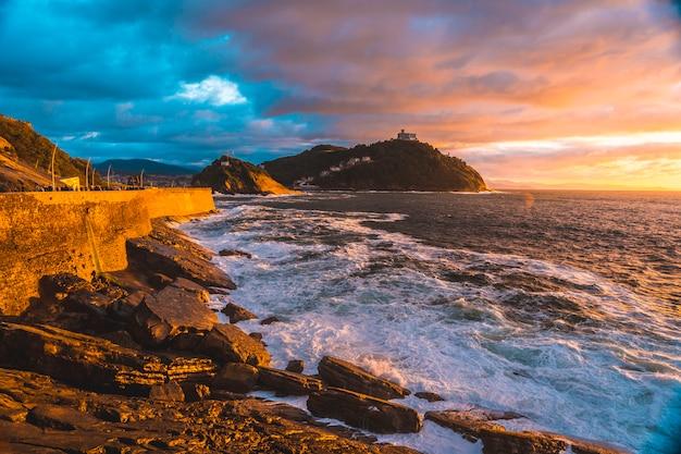 Zachód słońca w morzu miasta san sebastián, gipuzkoa. kraj basków