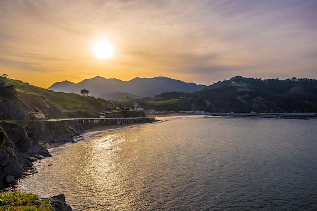 Zachód słońca w nadmorskiej miejscowości deba. kraj basków