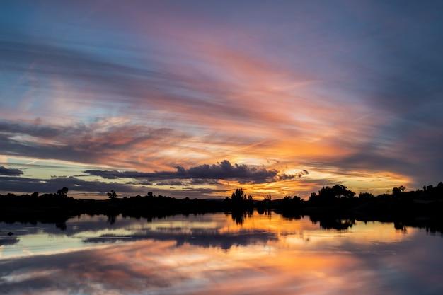 Zachód słońca w naturalnym obszarze barruecos. extremadura. hiszpania.