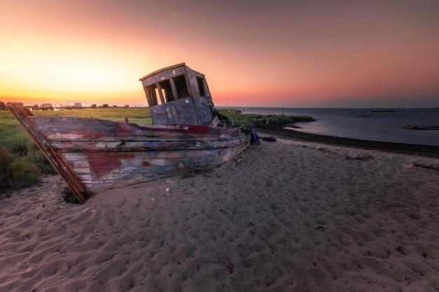 Zachód słońca w palafitycznym porcie morskim carrasqueira tradycyjny port morski dla miejscowych rybaków.