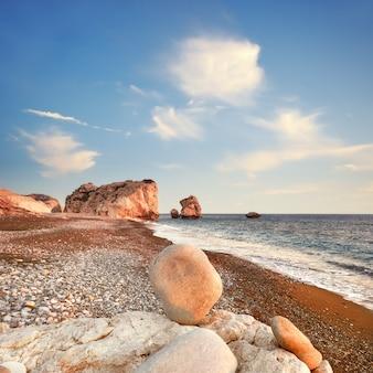 Zachód słońca w pobliżu petra tou romiou na cyprze, pafos