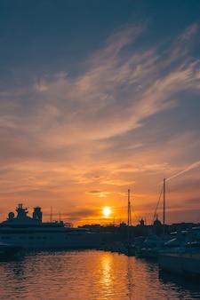 Zachód Słońca W Porcie W Barcelonie Premium Zdjęcia