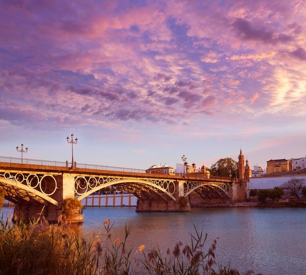Zachód słońca w puente isabel ii w triana w sewilli