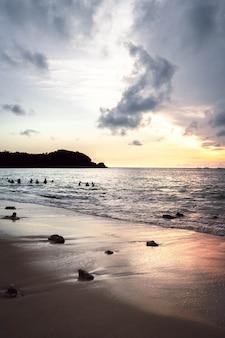 Zachód słońca w rajskiej plaży w azji